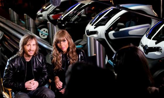 David Guetta y Cathy junto al Renault Twizy.