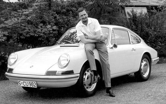 Ferdinand Alexander Porsche junto a su famosa y genial creación, el 911 original.