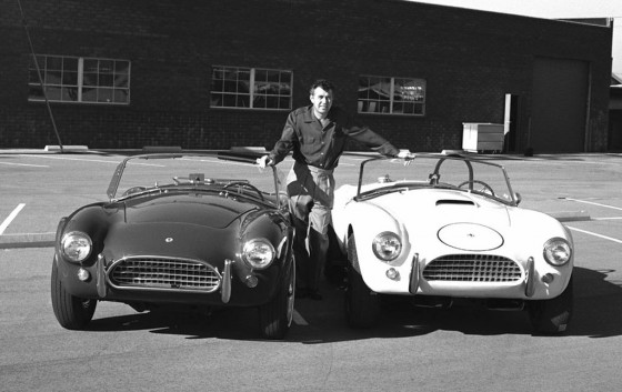 Carroll Shelby posa al lado de su primera gran creación, el Cobra.