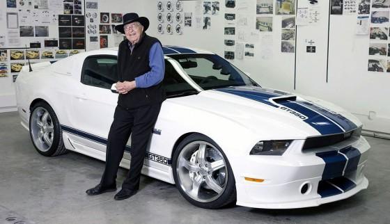 Carroll Shelby junto a la última generación del Ford Mustang GT500.
