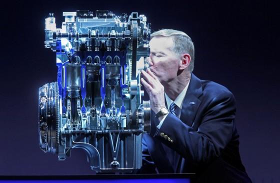 Alan Mulally, CEO de Ford, besa al benjamín de la familia Ecoboost.