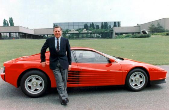 Sergio Pininfarina junto a una de sus creaciones, la Testarossa