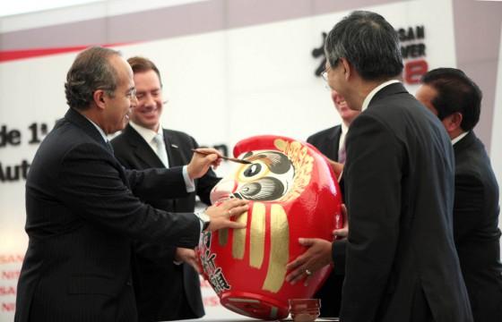 Tradición. Calderón le pinta un ojo al daruma, símbolo japonés que recuerda que hay objetivos por cumplir.