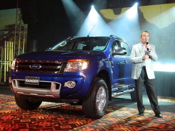 Enrique Alemañy, presidente de Ford Argentina junto a la Nueva Ranger.
