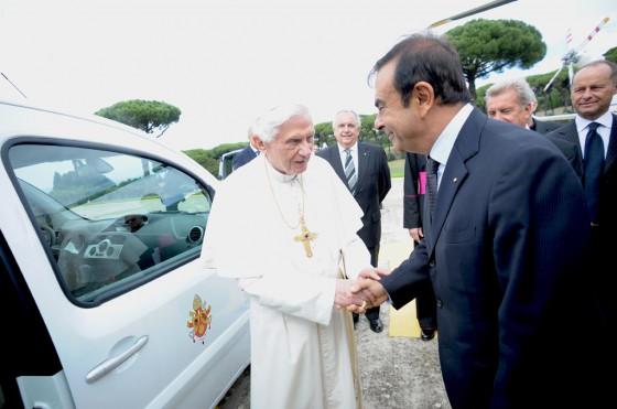 Carlos Ghosn le entrega el Papamóvil eléctrico a Benedicto XVI