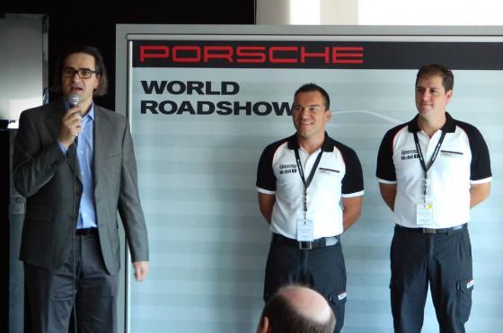 Gustavo Gioia, Gerente General de Porsche Argentina, da la bienvenida secundado por los instructores.
