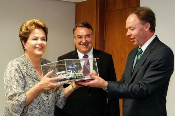 Dilma Rousseff recibe un BMW Art Car a escala de manos de Ian Robertson de BMW.