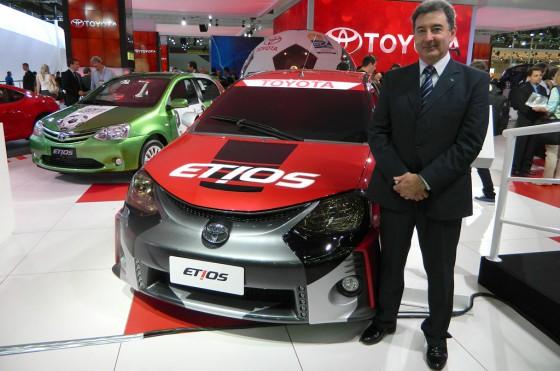 Daniel Herrero junto al Toyota Etios.