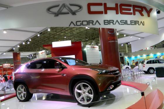 El concept car TX en primer plano y de fondo el nuevo slogan de Chery para Brasil.
