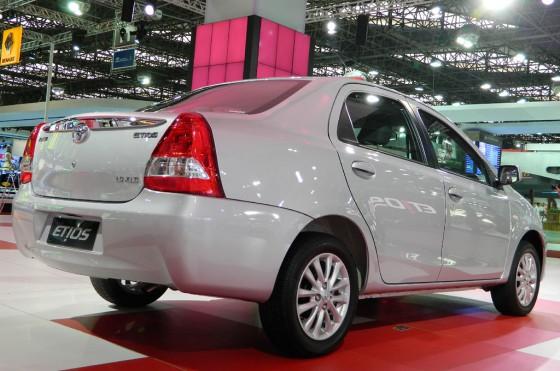 Una toma odiosa: el Etios sedán y el emblema de Renault a lo lejos.