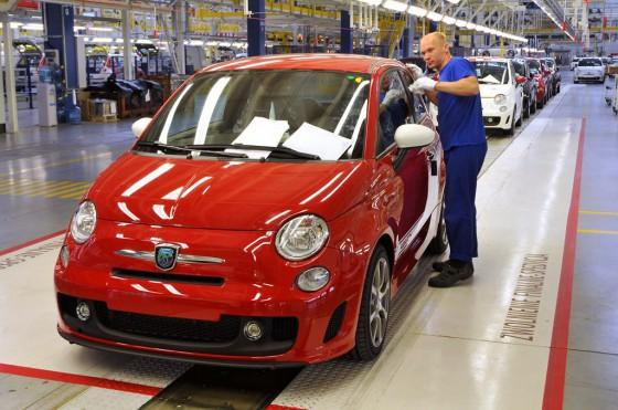 Un Fiat 500 Abarth sale de la línea de producción de Polonia.