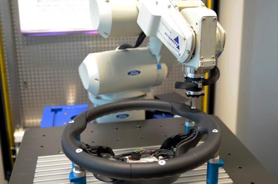 """Así trabaja RUTH, el robot que """"siente"""" la calidad de los Ford"""