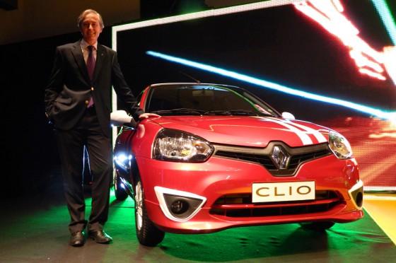 Gustavo Fosco junto al Renault Clio Mio.