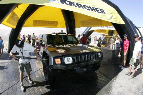 Lavado del auto de Nasser Al Attiyah en un alto del Dakar 2012.
