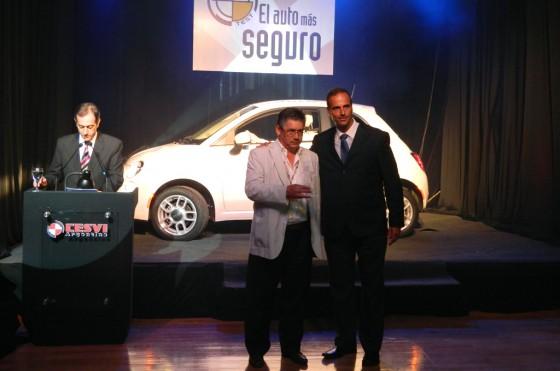 Javier Vernengo, Director Relaciones Externas y Comunicación de Fiat Argentina, y el premio al 500.