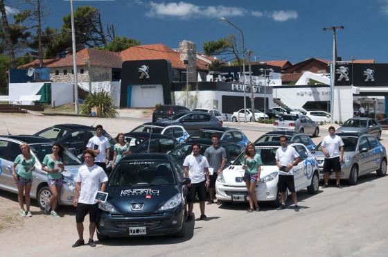"""Los drivers del """"Peugeot 207 Compact levanta"""" frente al stand."""