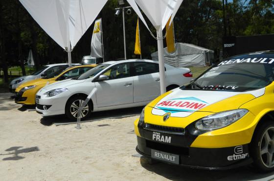Verano 2013: imponente presencia de Renault en la entrada a Pinamar