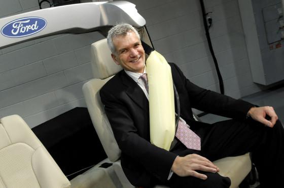 Paul Mascarenas con el cinturón de seguridad con airbag desarrollado por Ford.
