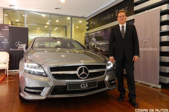El presidente de Mercedes-Benz Argentina, Roland Zey, junto al Nuevo CLS.