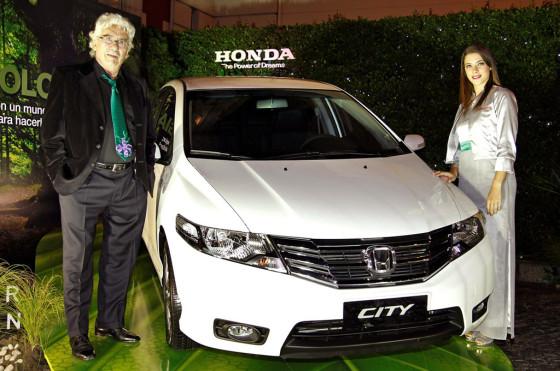 Juan Carlos Pallarols junto al Honda City.