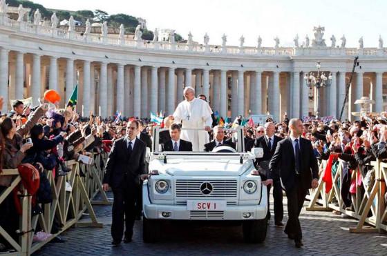 El papa Francisco en el Mercedes Clase G
