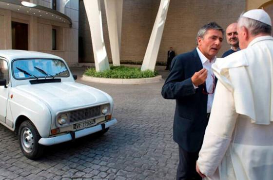 El papa en su Renault 4 - Foto: Famiglia Cristiana