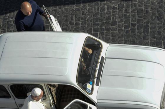 El nuevo auto del papa, un Renault 4 de 1984.