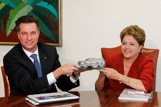 Thomas Schmall, CEO de VW Brasil y Dilma Rousseff con la maqueta del Golf VII.