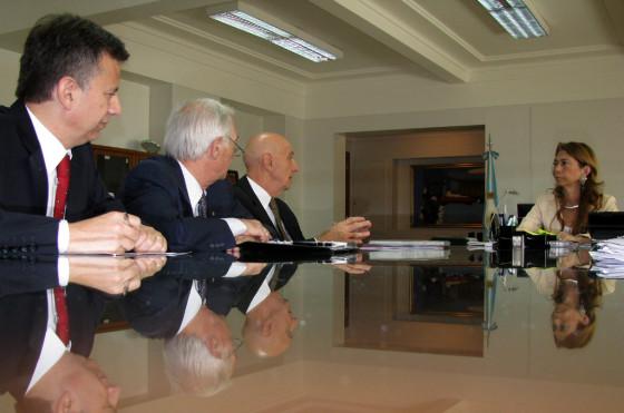 Otros tiempos: Scalise, titular de CIDOA, y otros miembros de la Cámara dialogando con la ministra de Industria Débora Giorgi.