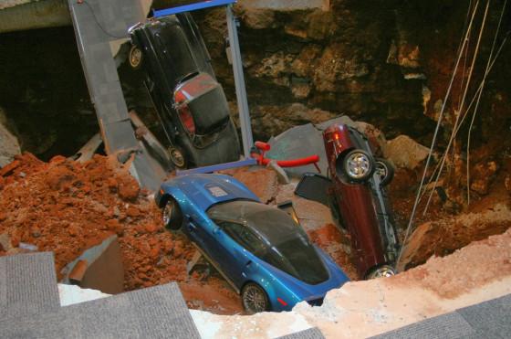 Los autos yacen en el pozo que se generó en el Museo Corvette.