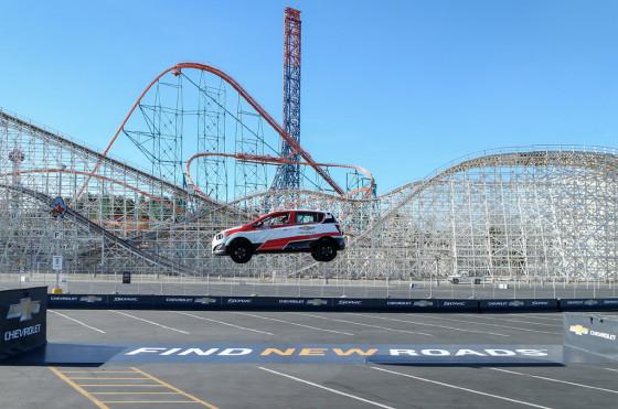 Acrobacia: un Chevrolet Sonic consiguió un récord Guinness en salto hacia atrás