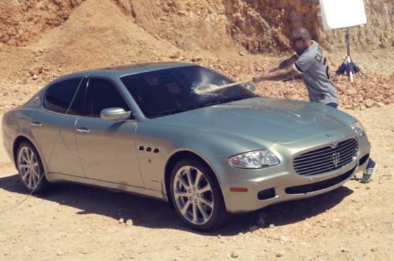 Video: René de Calle 13 destruyó su Maserati en un mensaje anti excesos