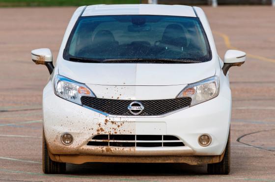 Nissan prueba una pintura de auto que repele la suciedad