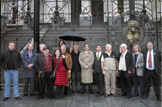 Se aprobó la Ley del Auto Argentino. Miembros de ACIARA celebran frente al Congreso de la Nación.