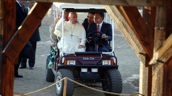 Francisco en un carrito de golf junto al Rey de Jordania.