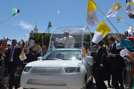 Papa Francisco en una Mitsubishi Tritón
