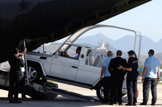 La llegada del papamovil de Francisco a Brasil.