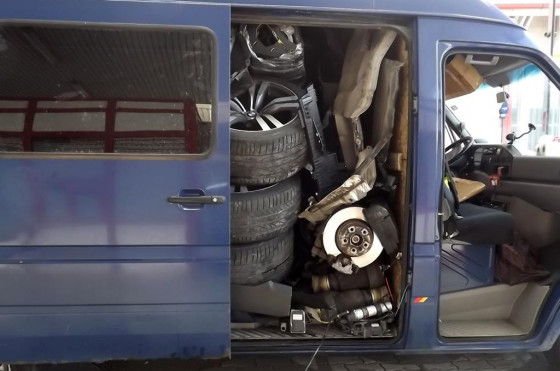 Rumania: encuentran un BMW X6 descuartizado dentro de una van VW
