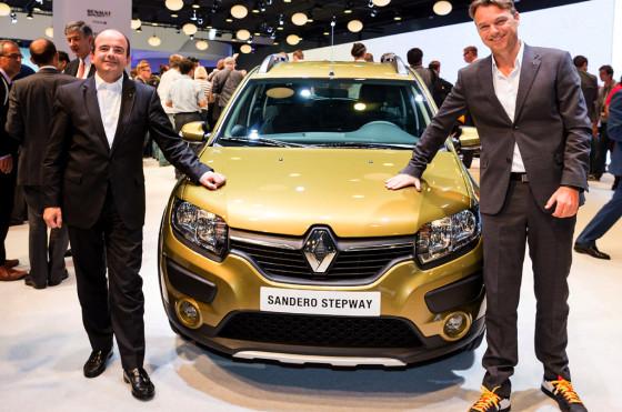Laurens van den Acker (a la derecha) junto al Renault Sandero Stepway