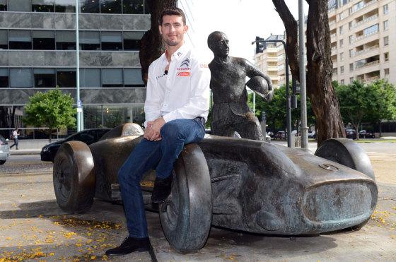 Pechito junto a la estatua de Fangio