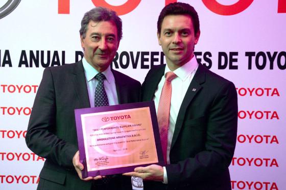 Daniel Herrero, titular de Toyota Argentina le entrega el premio a Agustín Pedroni, presidente de Bridgestone Argentina.