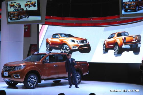 Taro Ueda junto a la Nissan Frontier