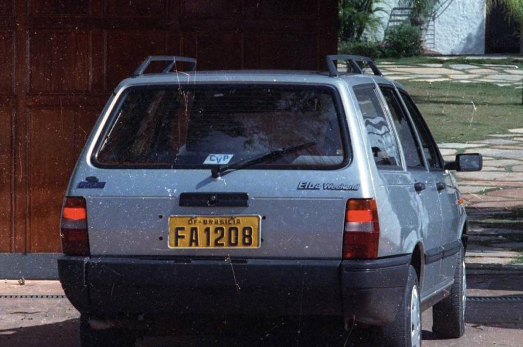 """El Fiat Elba ingresando a """"Casa da Dinda"""" a comienzos de los años 90."""