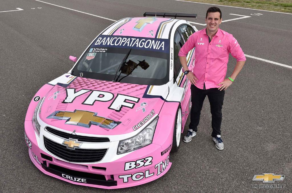 Franco Vivian, piloto del Equipo YPF Chevrolet de Súper TC2000, junto a su auto.