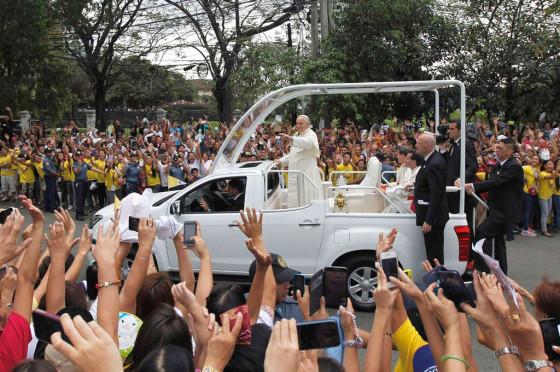Francisco a bordo del papamóvil en Filipinas