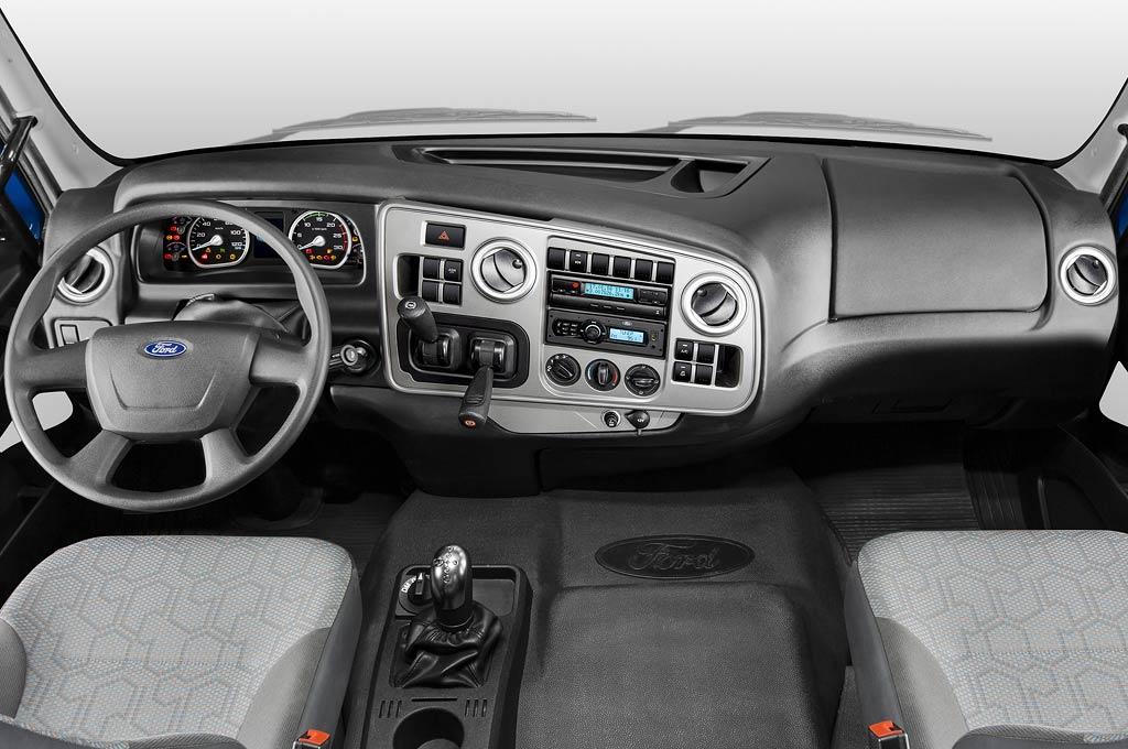 Ford argentina lanz la nueva l nea cargo euro v y sum for Camiones ford interior