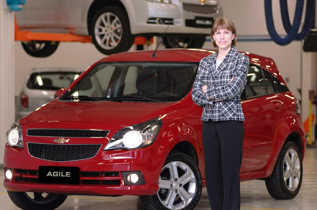 Isela Costantini junto al Chevrolet Agile