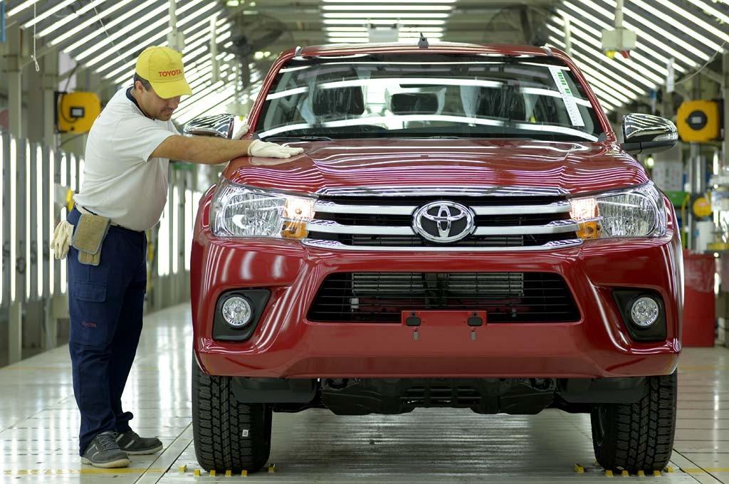 Toyota Hilux saliendo de la planta de Zárate