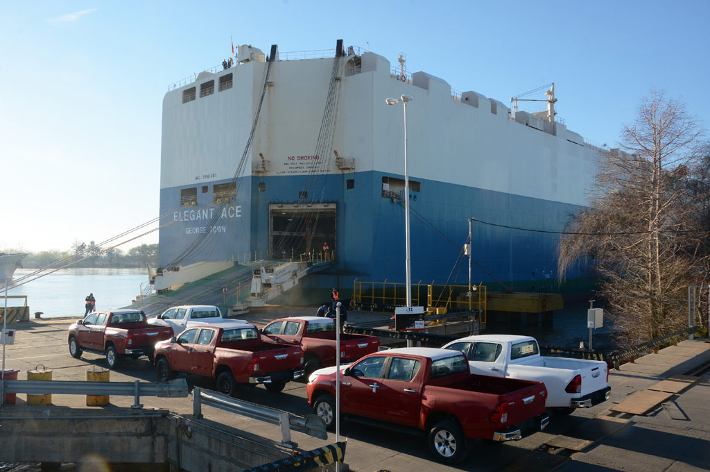 Argentina: partió el primer embarque de Toyota Hilux a sus nuevos destinos de exportación