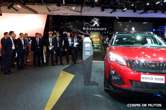 El CEO de PSA LATAM, Carlos Gomes (el primero de la izquierda), recorriendo el Carlos Gomes, CEO de PSA LATAMde Peugeot.